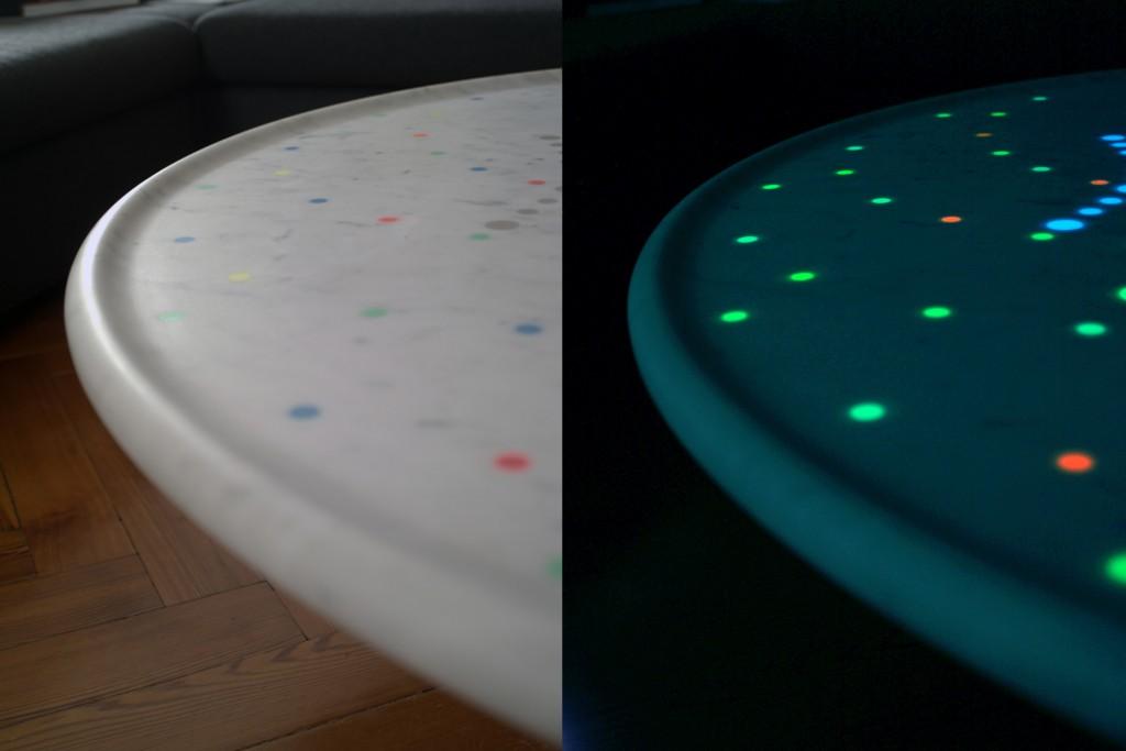 Tavolo ballerino in marmo di Carrara bianco con inserti luminescenti - dettaglio