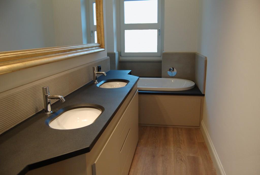 Piano lavabo e rivestimento vasca da bagno in granito nero assoluto Rivestimento a parete in quarzite grigia graffiata