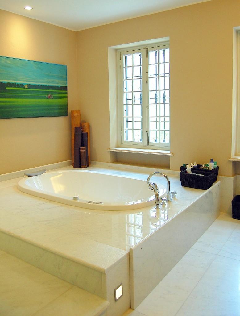 Rivestimento vasca da bagno in marmo bianco di Carrara lucido e martellinato
