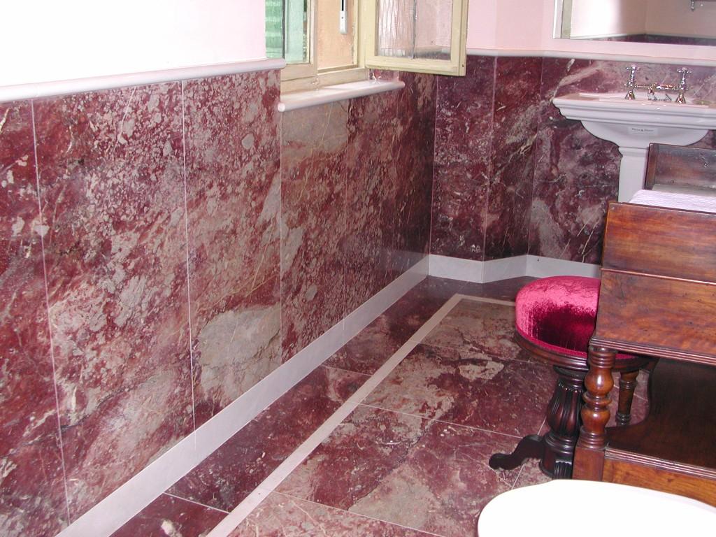 Bagno in marmo rosso fiorito con intarsi in marmo bianco puro