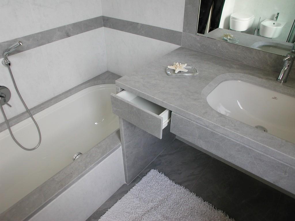 Bagno in marmo grigio Grimaldi e marmo bianco di Carrara sabbiato