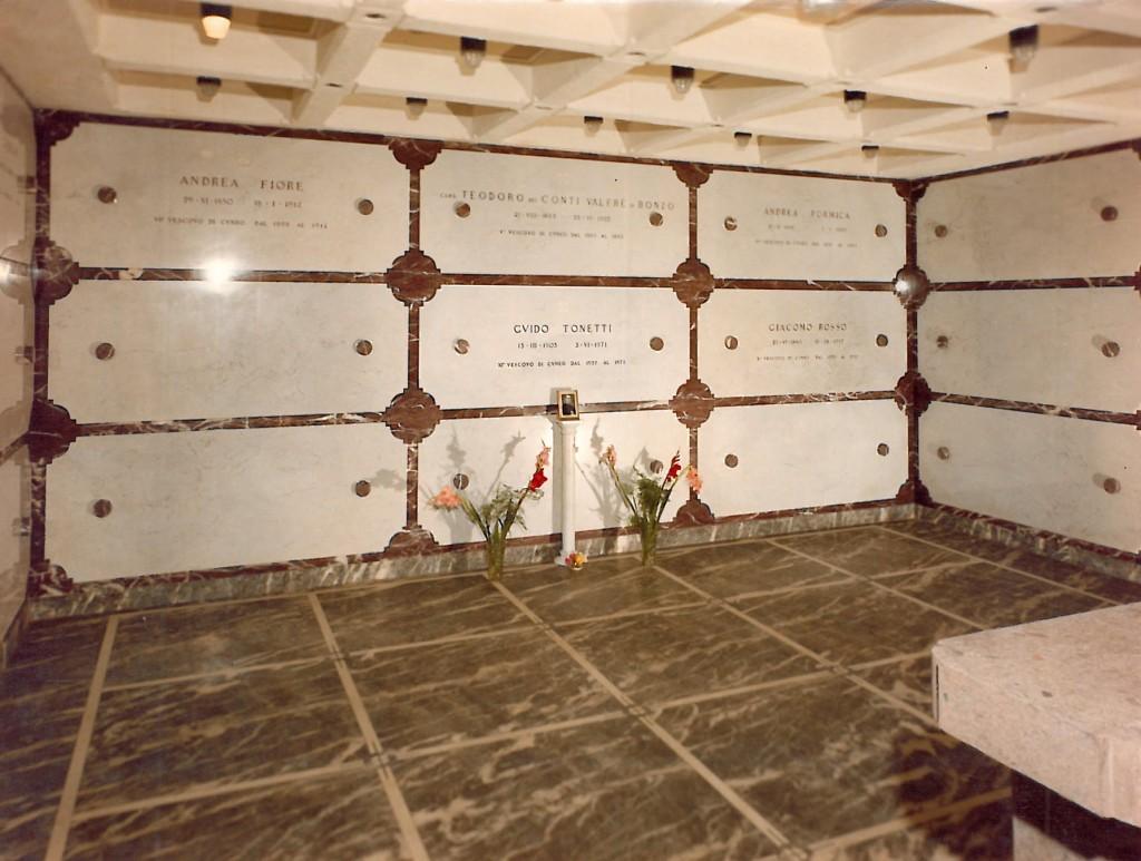 Edicola funeraria privata in Bigio venato Piemonte, Botticino, marmo Rosso di Francia