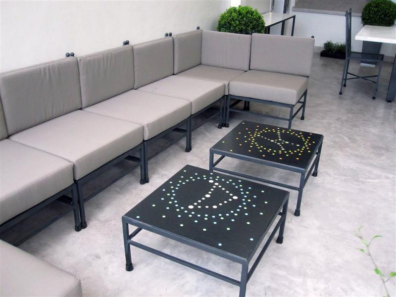 Tavolino in granito nero con intarsi luminescenti