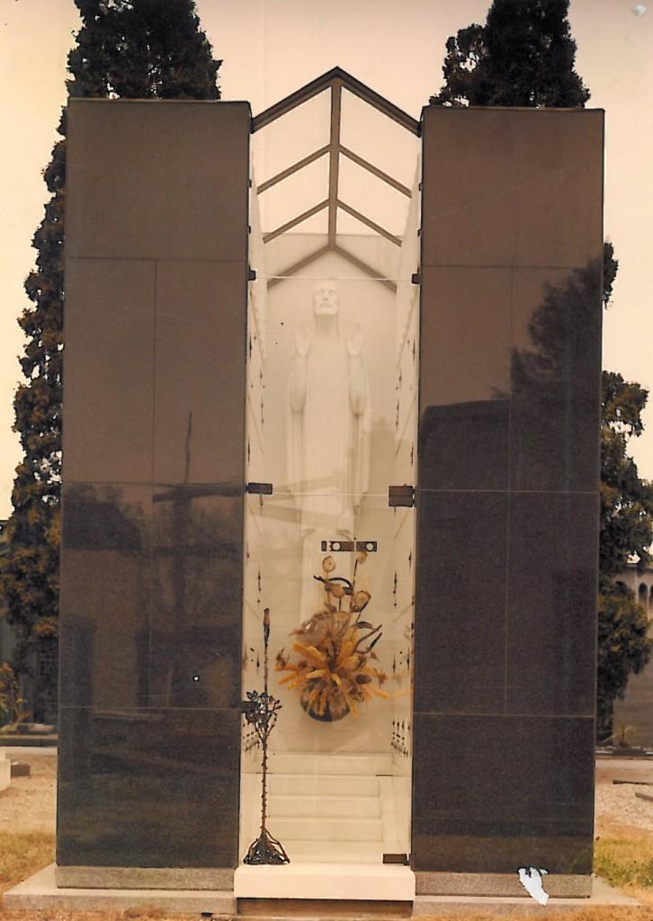 Edicola funeraria privata in granito nero assoluto e marmo bianco puro