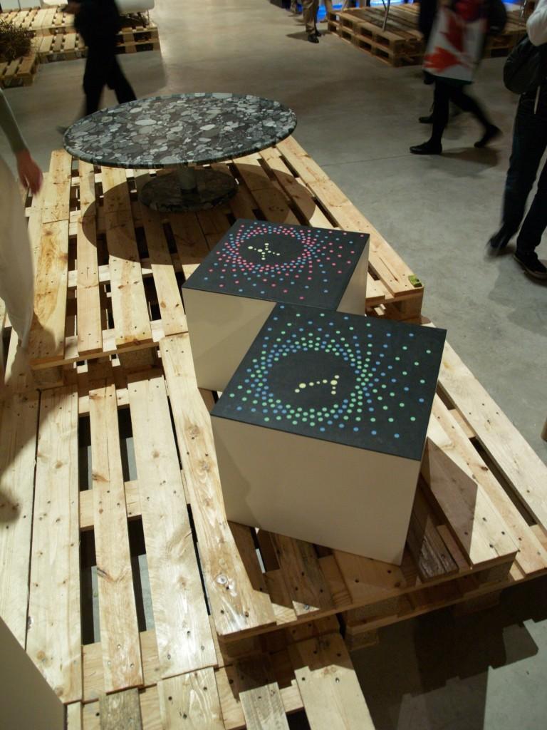 Tavolino in granito nero con intarsi luminescenti e tavolo Ballerino in Marinace nero