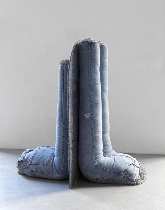 Rob Pruitt Esprits de Corps, Bookends - 2009 concrete, jeans, Brasilian granite Brasilian granite slab 90x66x1,5 cm. - Jeans sculptures, each: cm 79x42x46 cm. / 93x43,5x 2 cm. immagini da GALLERIA FRANCO NOERO