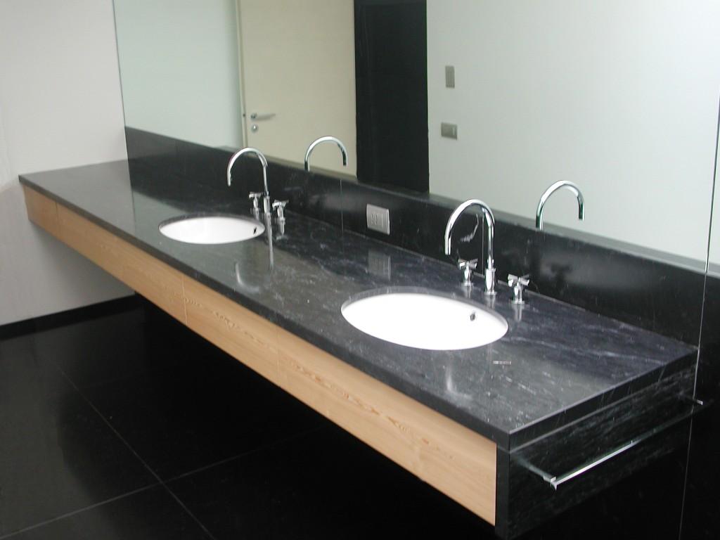 Bagno in marmo nero Piemonte