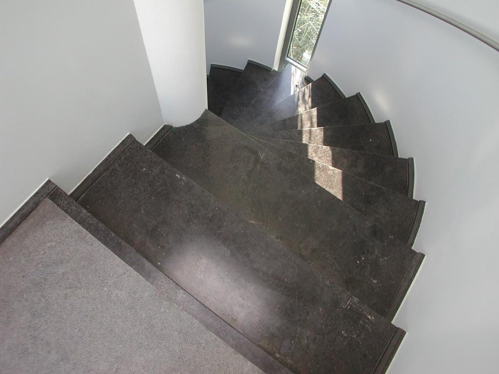Scala in granito Antique Brown spazzolato/martellinato