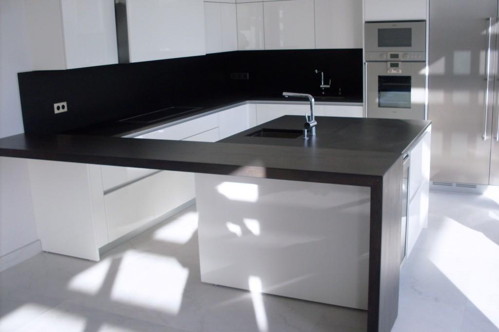 Piani di lavoro e rivestimento in granito nero assoluto Pavimento in marmo bianco sabbiato