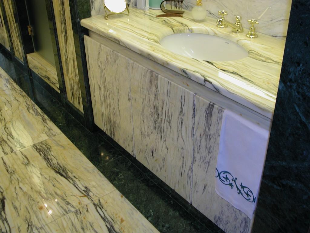 Mobile bagno in cipollino dorato