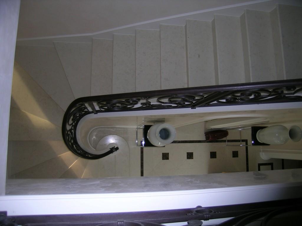 Pavimento e scala in biancone con inserti in Dark Emperador