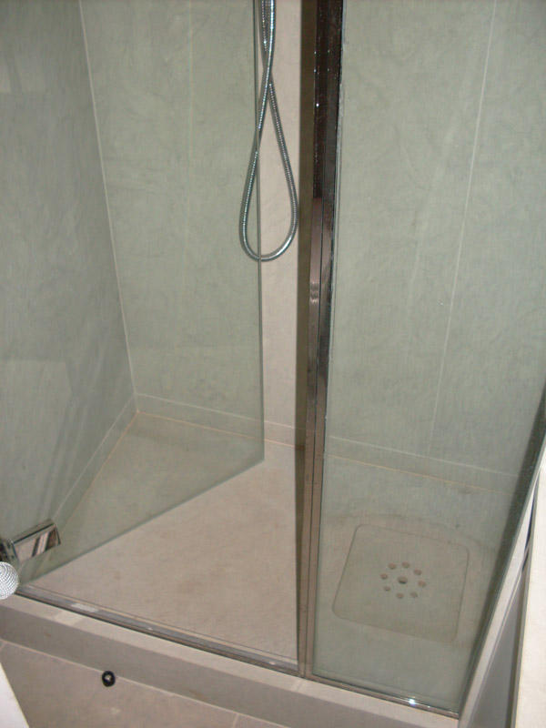 Rivestimento e piatto doccia in pietra Bateig