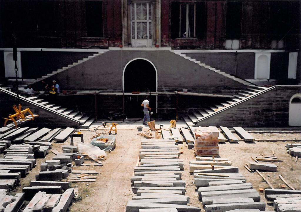 Castello di Racconigi, restauro dello scalone Nord Rivestimenti verticali in fase di posa