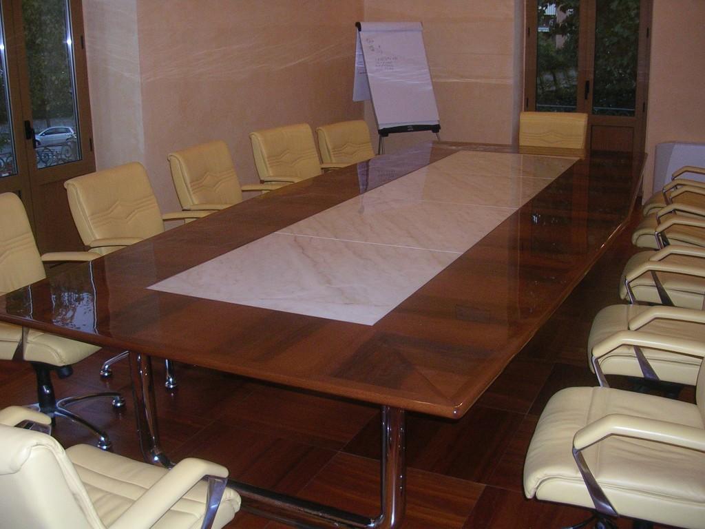 Tavolo con intarsio in Afion