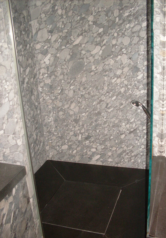 Rivestimento a parete in granito grigio marinace sabbiato Piatto doccia in granito nero assoluto ruvido spazzolato