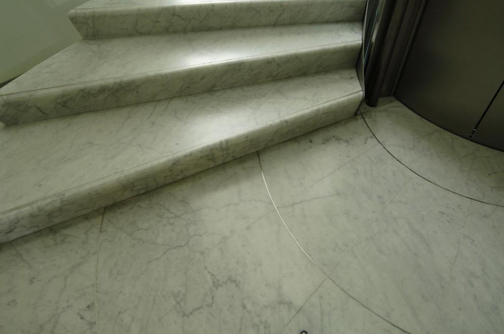 Scala in marmo bianco di Carrara con inserti in acciaio inox Curtesy Palazzo Bricherasio Studio Campanino, Dal Bianco, Cinquetti