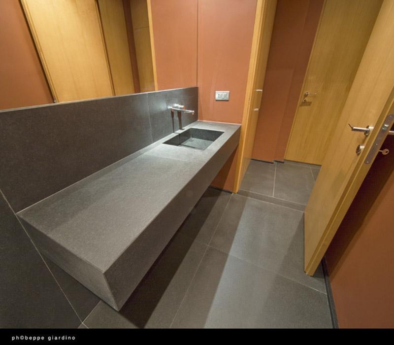 Piano lavabo in granito nero assoluto ruvido spazzolato