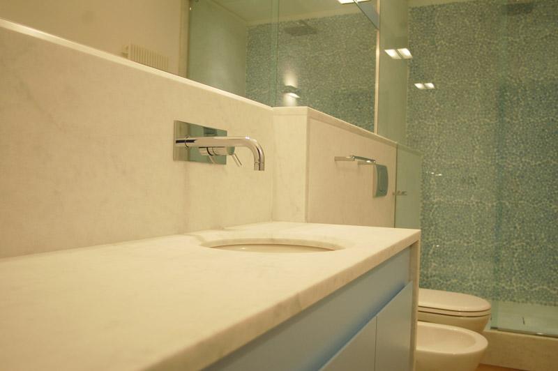 Bagno in marmo bianco di Carrara levigato/sabbiato