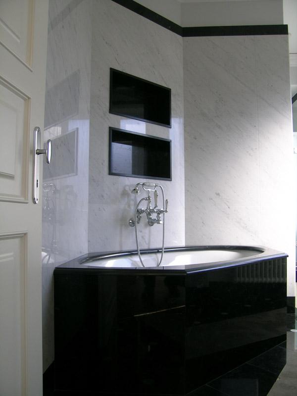 Bagno in marmo bianco di Carrara e marmo nero Piemonte