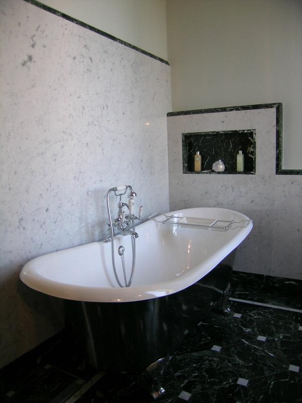 Bagno in marmo verde Alpi di Cesena e marmo bianco di Carrara