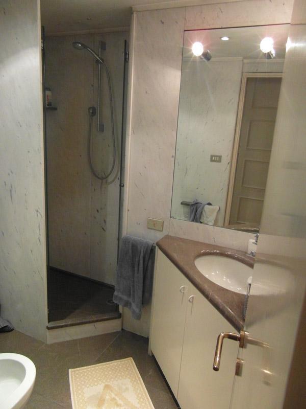 Bagno in marmo bianco di Carrara e pietra piasentina