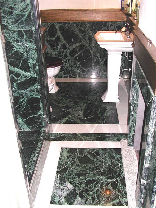 Bagno in verde Patrizia e marmo bianco puro