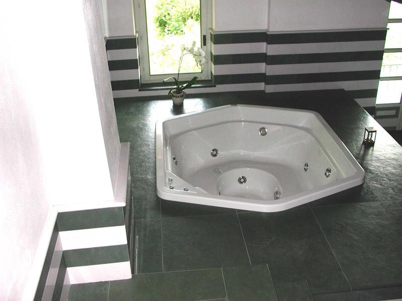 Bagno in ardesia verde e marmo bianco puro