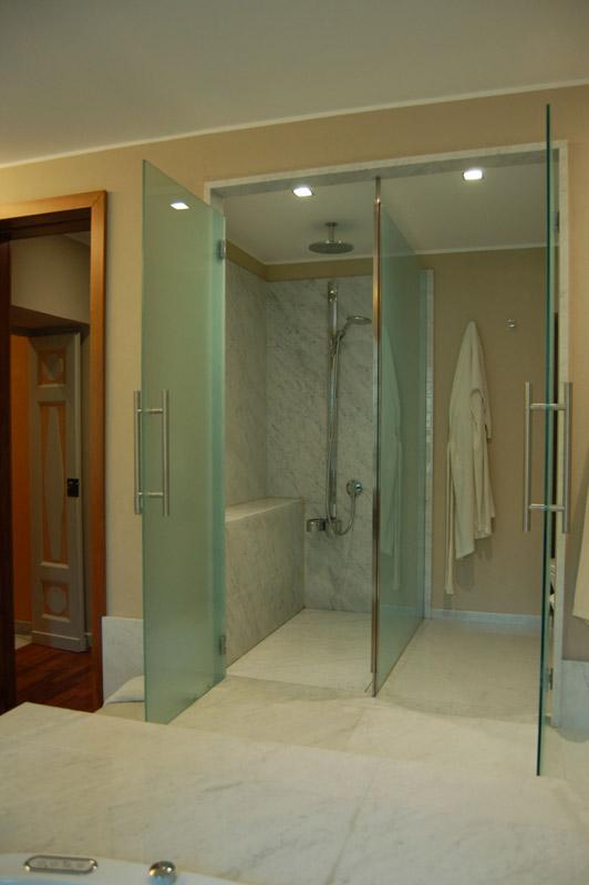 Bagno in marmo bianco di Carrara lucido/martellinato