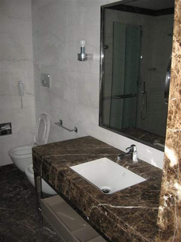 Bagno in granito Antique Brown e Calacatta