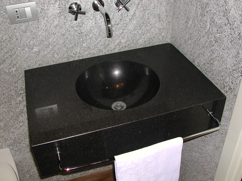 Lavabo massello in nero assoluto Rivestimento in pietra Beola