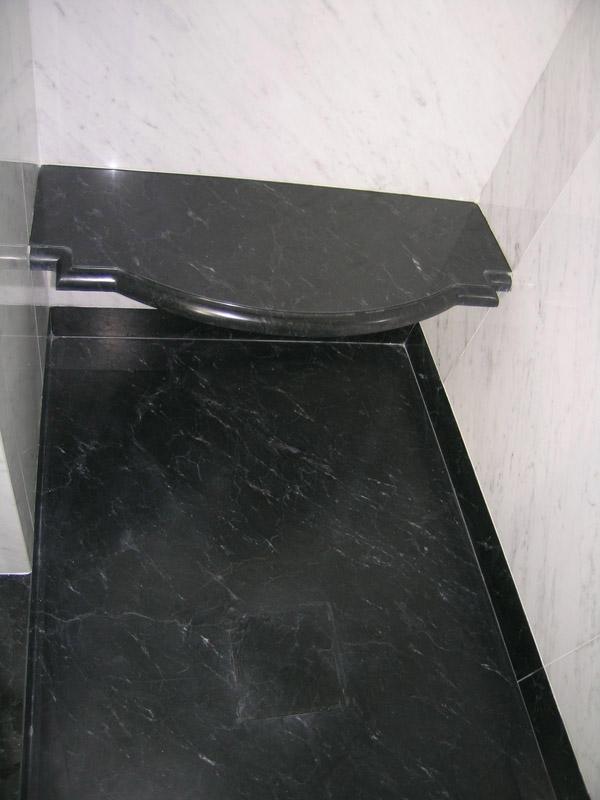 Piatto doccia in nero Piemonte Rivestimento in marmo bianco di Carrara