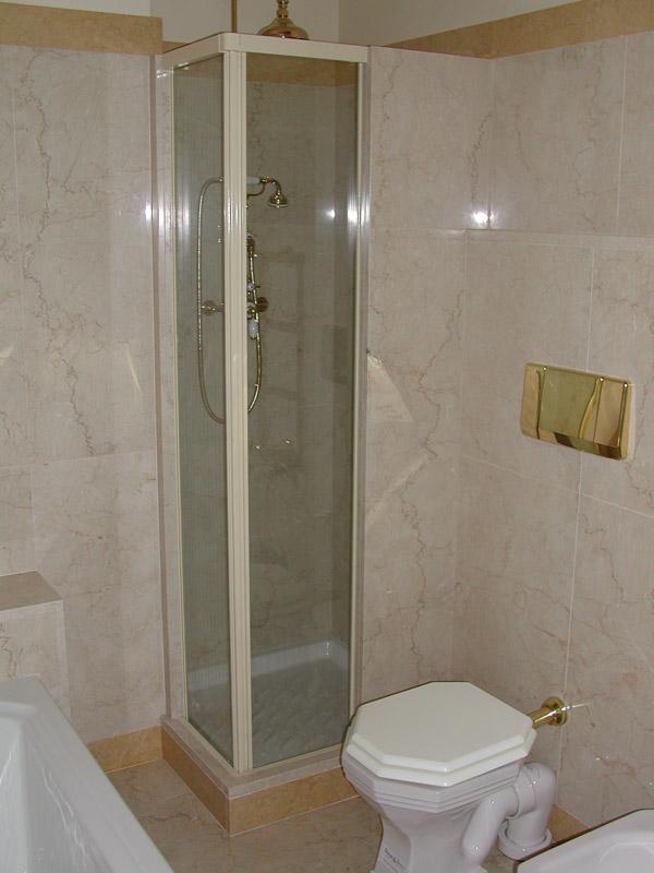 Bagno in Botticino e marmo giallo Siena